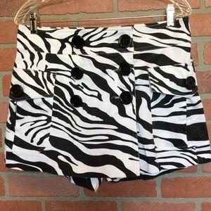 Cache black & white skort size 4 (4D19)